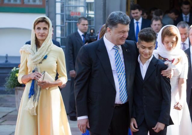 """波罗申科因儿子身着""""Russia""""字样的T恤对后者进行批评教育"""