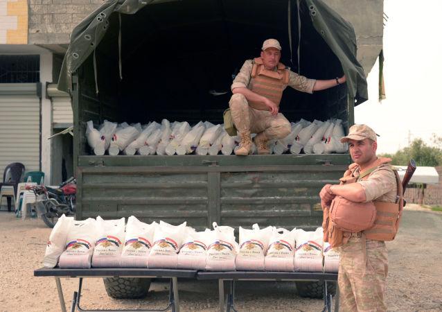 俄军在叙利亚哈马省发放了500套人道主义食品