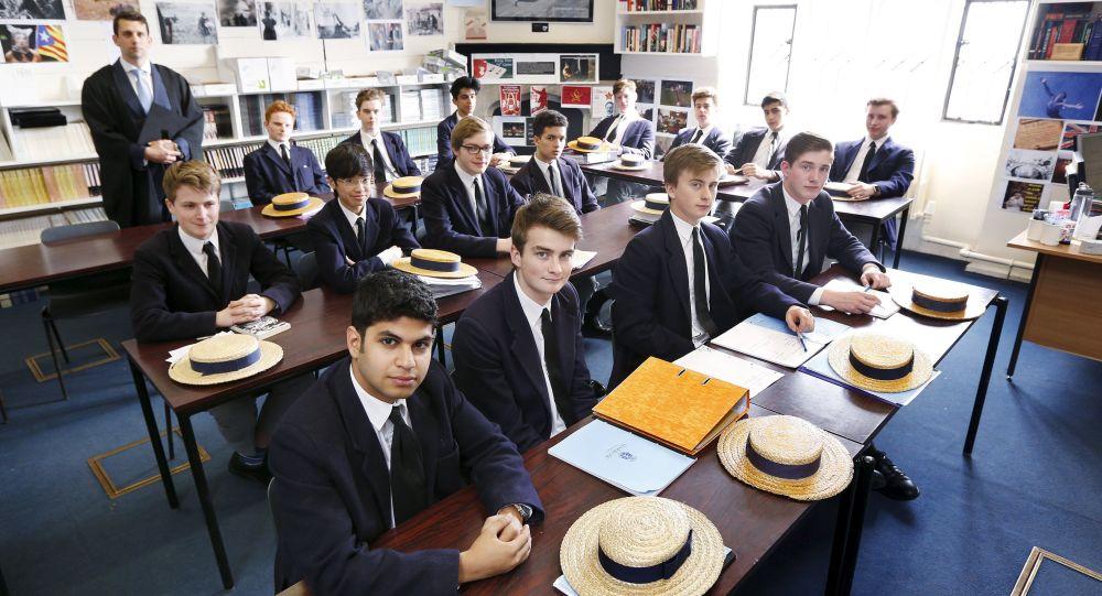 媒体:英国私立学校或将允许男孩子穿裙子