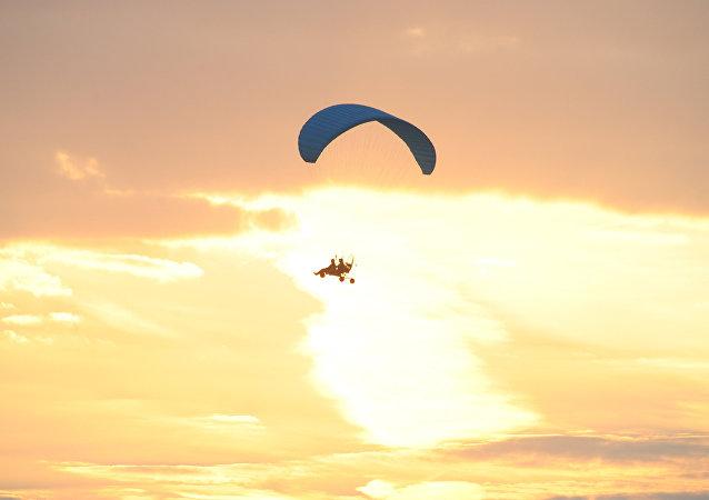 一名摩托翼伞飞行员在克拉斯诺雅尔斯克边疆区从400米高空坠落 大难不死