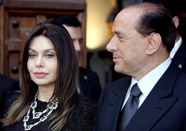 西尔维奥·贝卢斯科尼与韦罗妮卡·拉里奥