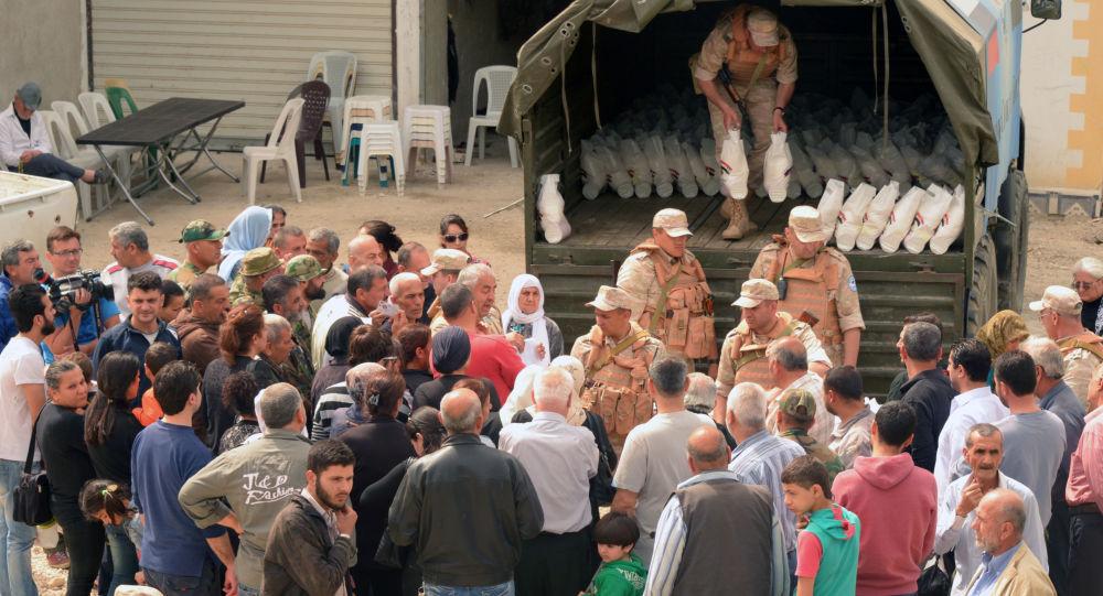 俄军方向叙利亚达拉亚运送2吨多人道主义援助物资