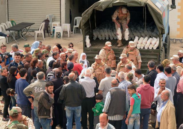 俄罗斯军人为叙利亚阿勒颇居民运送食物和衣服