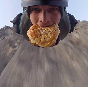 跳傘也要吃漢堡,好胃口!