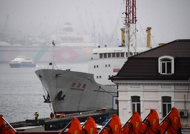 裝載燃料的油輪正靠近俄符拉迪沃斯托克附近的斷電朝鮮船隻