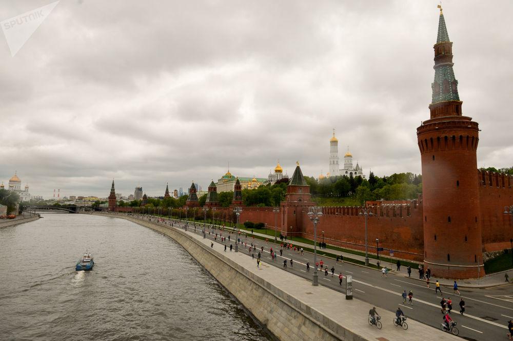 莫斯科半程马拉松的参赛者在奔跑