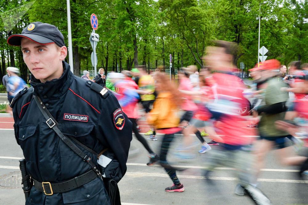 警察确保举办莫斯科2017年半程马拉松赛时的公共秩序