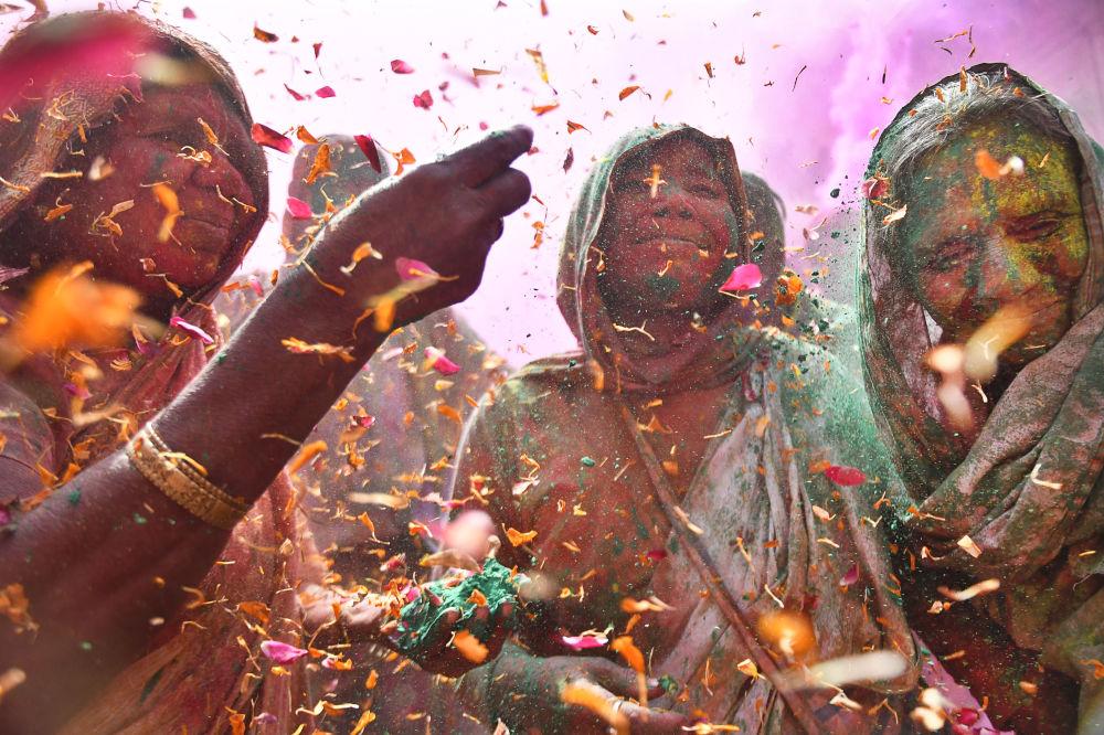 《印度色彩节上的寡妇》,印度摄影师沙希·谢加·卡什亚普(Shashi Shekhar Kashyap)