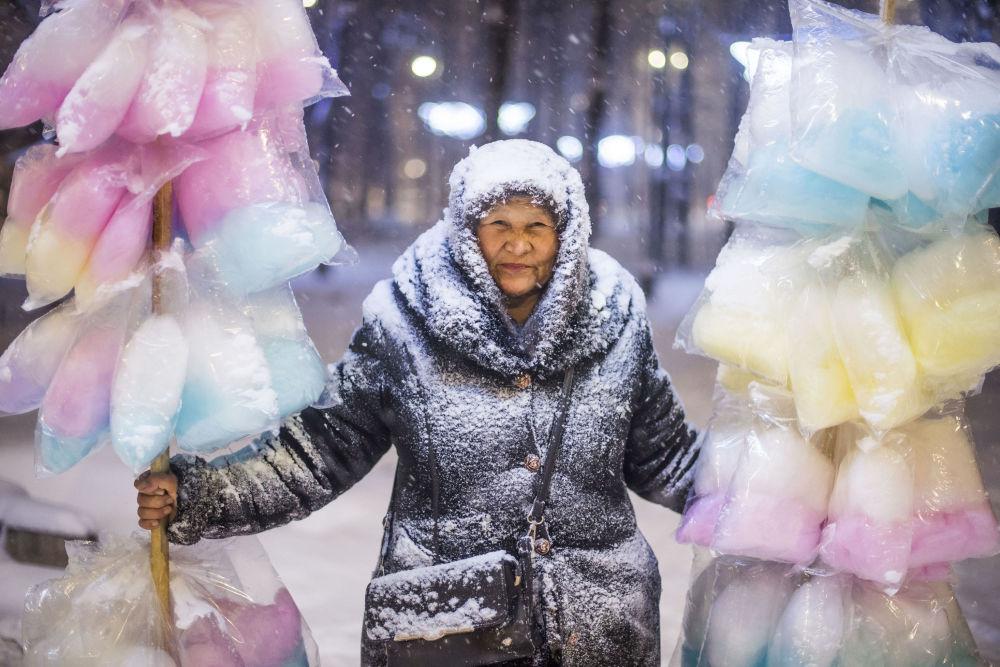《卖棉花糖的女人》,吉尔吉斯斯坦摄影师塔贝尔德·卡德尔别科夫(Tabyldy Kadyrbekov)