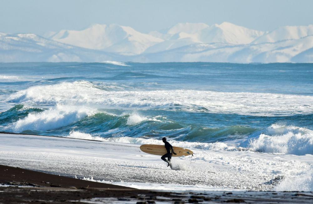 《俄罗斯太平洋海岸的冬日冲浪》,俄罗斯摄影师尤里·斯米秋克