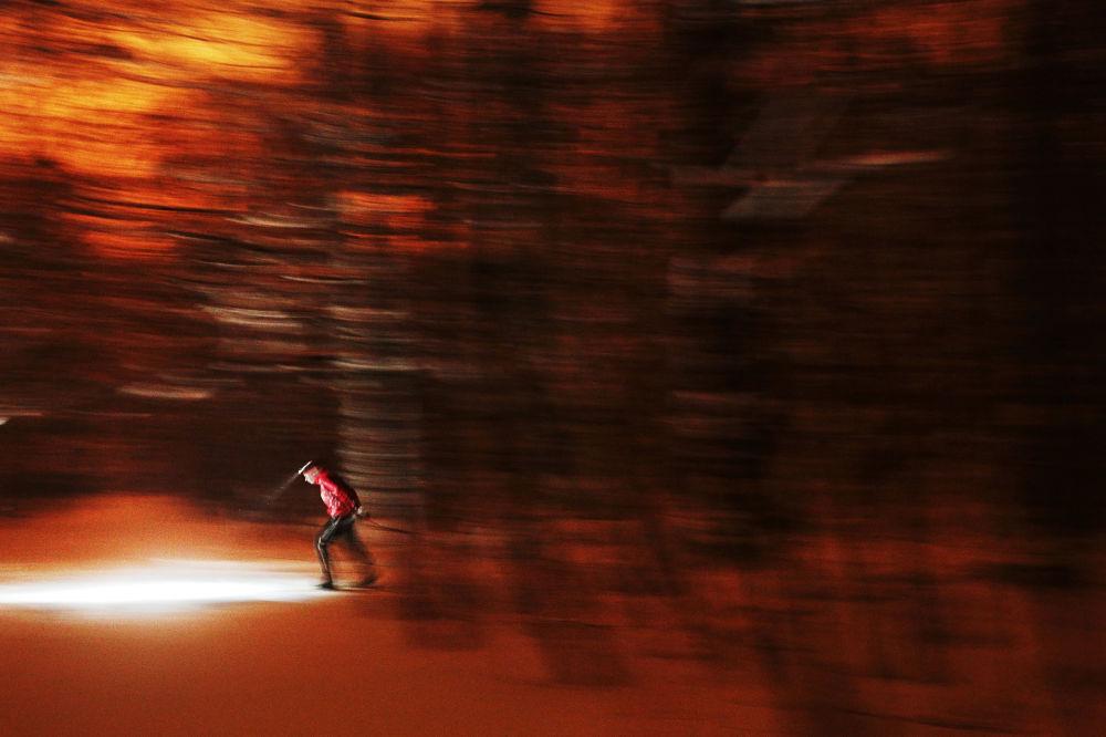 《夜幕中的滑雪者》,俄罗斯摄影师玛丽亚·普洛特尼科娃