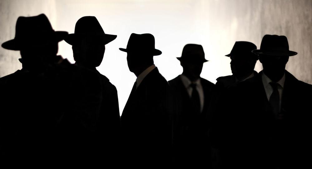 Силуэты мужчин в шляпах