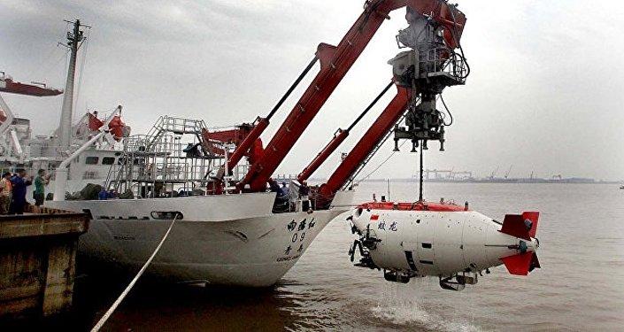 """中国载人潜水器 """"蛟龙""""号成功完成世界最深处首潜"""