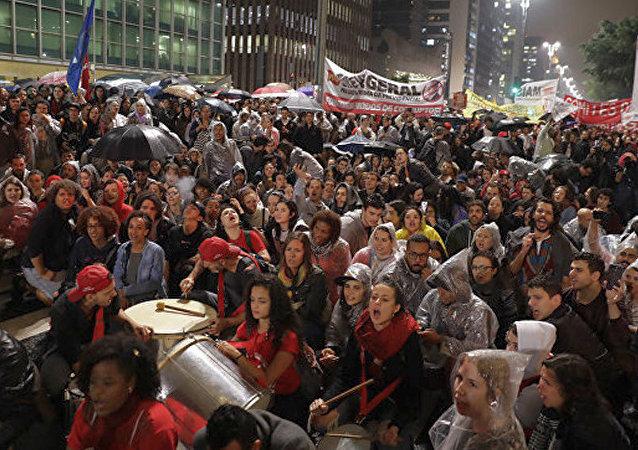 巴西爆发反总统抗议活动