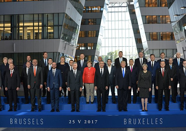 黑山总理将合影时的前排位置让给特朗普