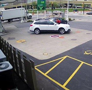 女子跳上引擎盖吓跑偷车贼
