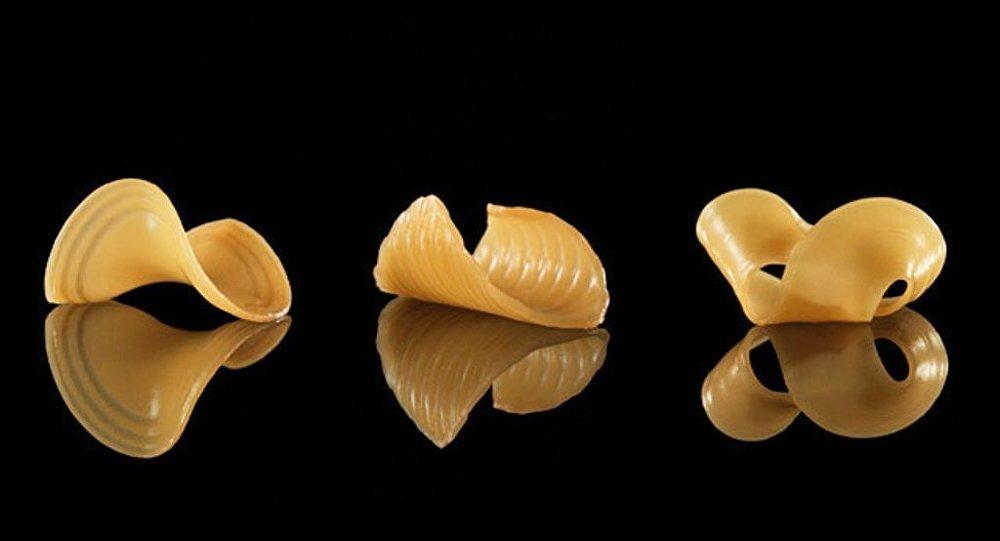 科学家表示,相关灵感来自电影《星球大战》,有一个片段,女主角只用水和面粉制作食物。 研究小组用明胶和淀粉制成了某种扁平形状的可食用折纸,遇水会瞬间变成三维结构,类似于我们平常食用的通心粉,还会出现意想不到的类似花朵的形状。 专家们在美国计算机协会大会上展示了自己的研究成果。他们介绍称,可变形食物不仅看起来有趣,还可减少运输成本。例如,这种一层层薄薄的食物可在运输过程中进行密集包装,在消费者食用前再变成最终的形状。 这种食物看上去是扁平的,实为两层不同密度的明胶膜,上层密度大一些,这样食材就能吸更多的水。整