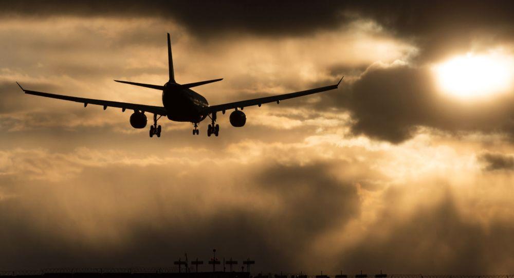 一架从悉尼飞往上海的空客A330客机因发动机罩破裂被迫返航