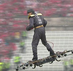 葡萄牙一名男子乘无人机环绕运动场并将球传给裁判