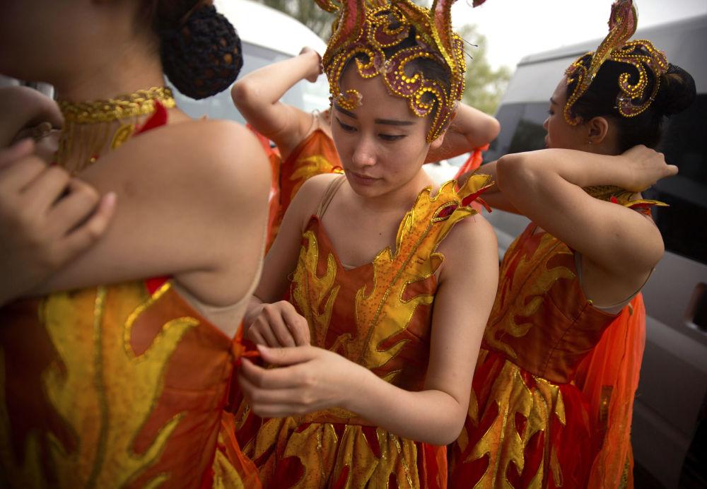 演员们为北京举行的龙舟赛开幕式做准备。