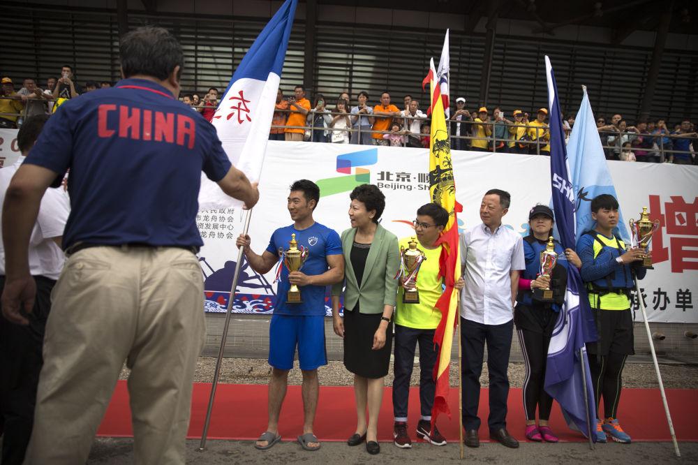北京龙舟赛优胜者在颁奖仪式上。