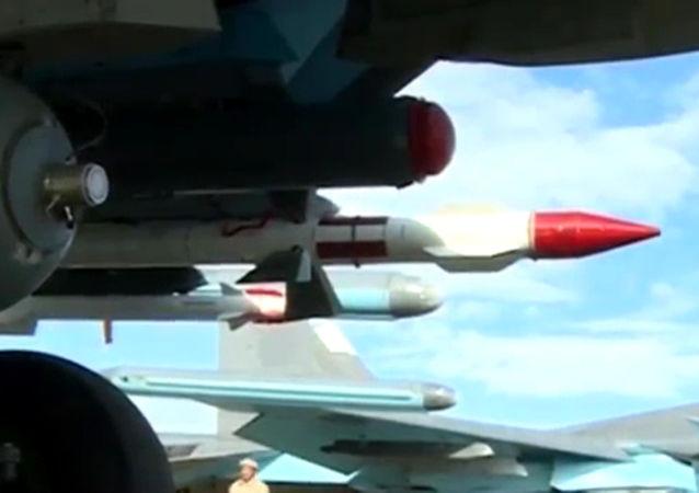 搭载空对空导弹的苏-34战斗轰炸机做好战斗飞行准备