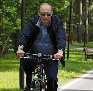 梅德韦杰夫和普京在骑自行车