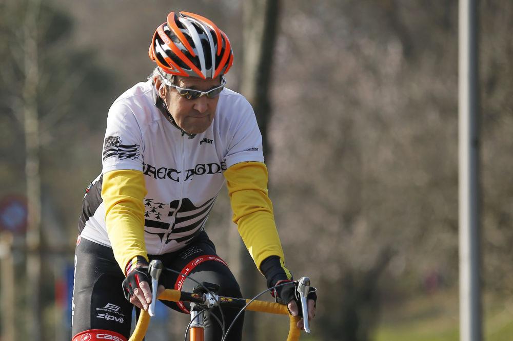 美国国务卿克里在骑自行车