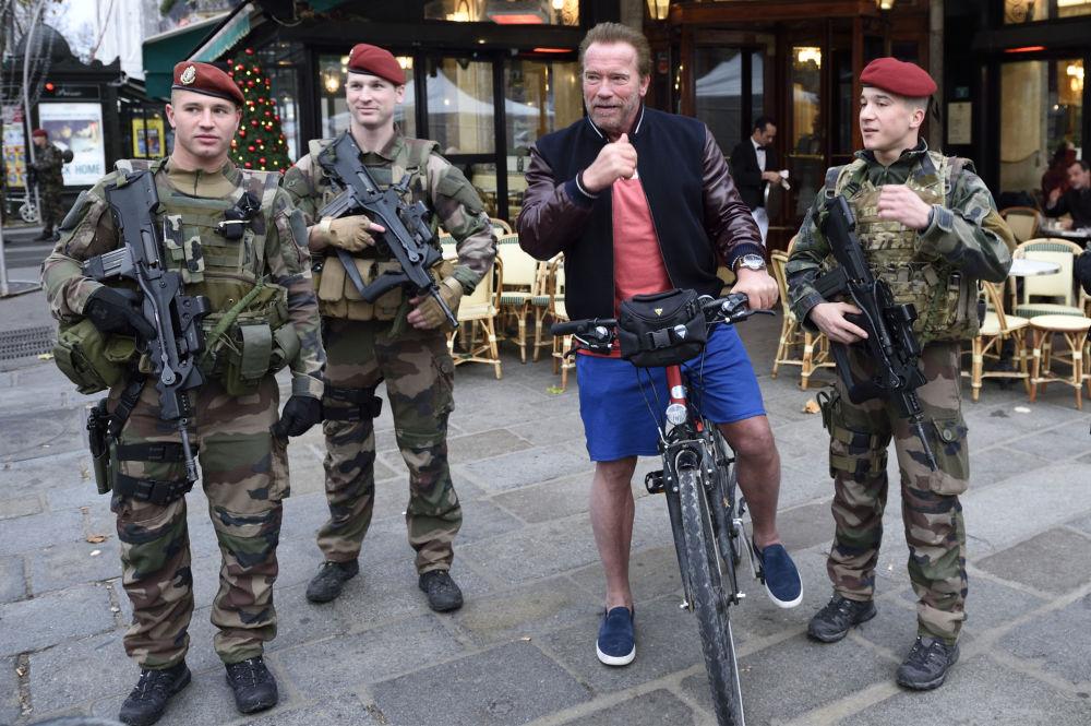 加利福尼亚州前州长阿诺·施瓦辛格在巴黎骑自行车