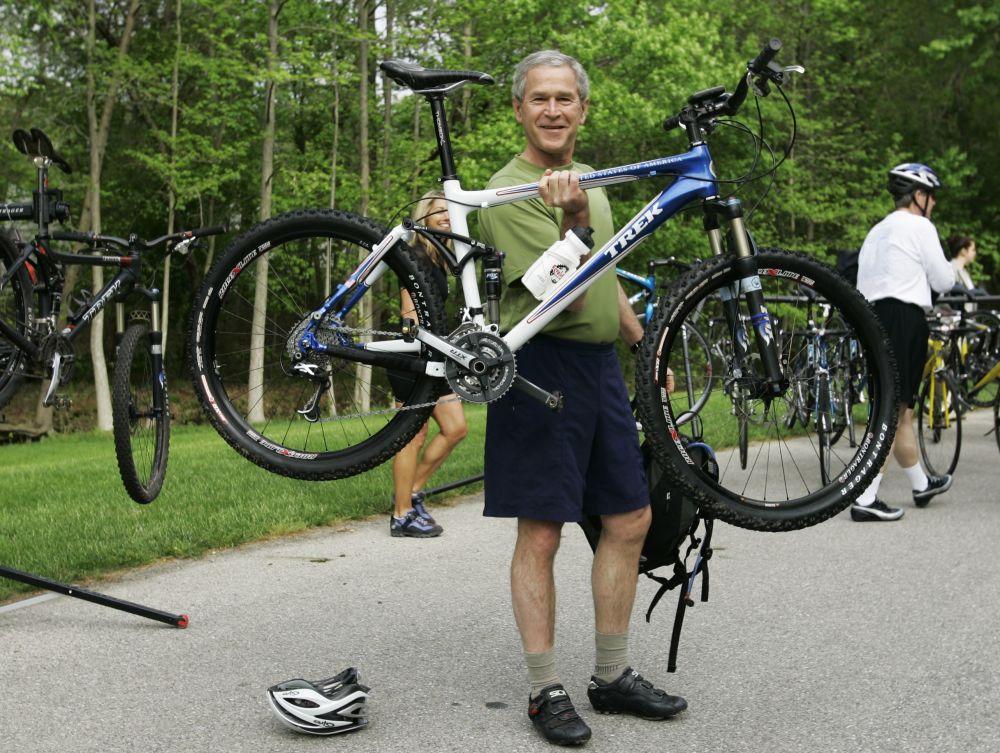 美国总统小布什在骑自行车