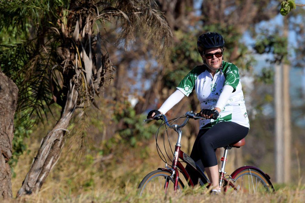 巴西前总统迪尔玛·罗塞夫在骑自行车