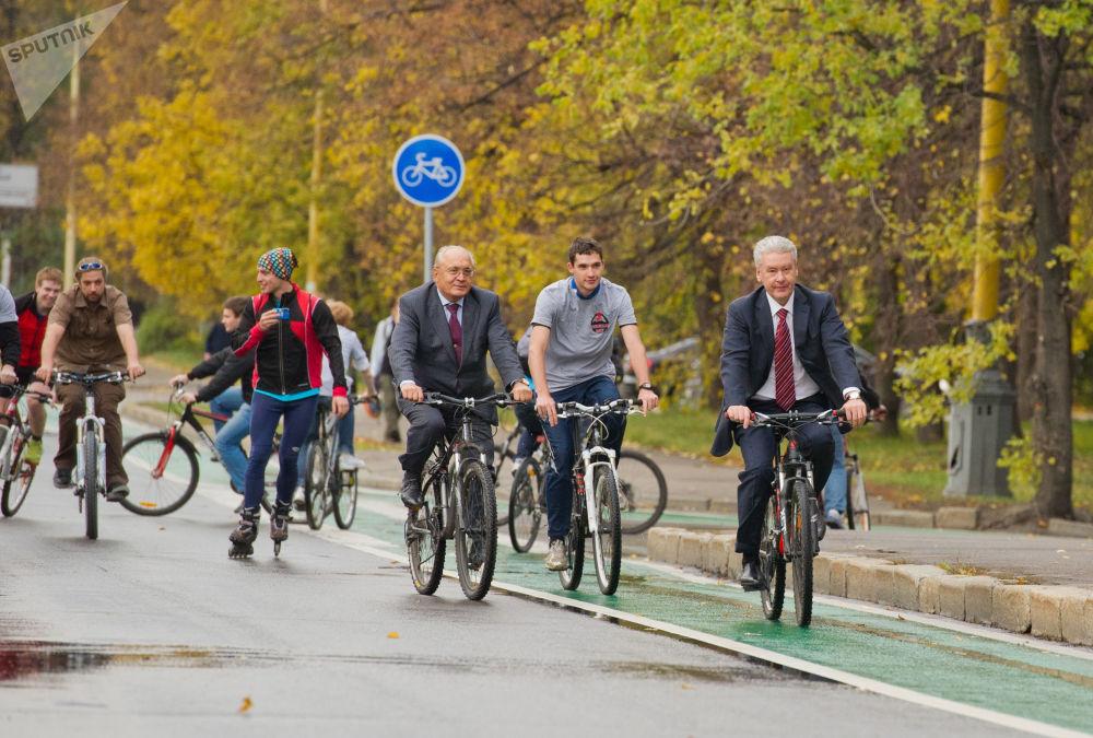 莫斯科国立大学校长维克多·萨多夫尼奇与莫斯科市长谢尔盖·索比亚宁在莫斯科校园里的自行车道上
