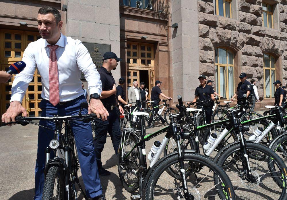 基辅市长维塔利·克里奇科向警方展示新自行车
