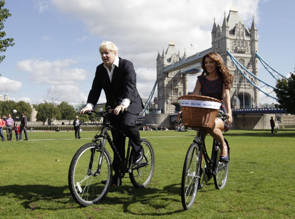 鲍里斯·约翰逊与凯莉·布鲁克在伦敦骑自行车