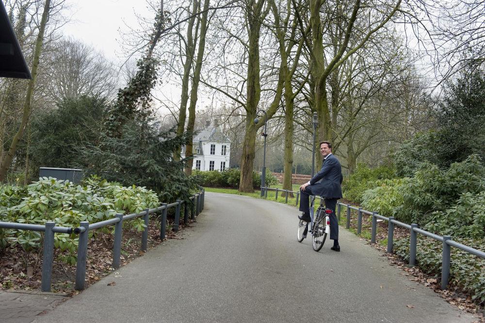 荷兰总理马克·吕特在Catshuis骑自行车