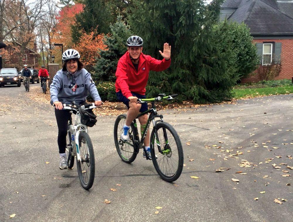 美国副总统迈克·彭斯在骑自行车