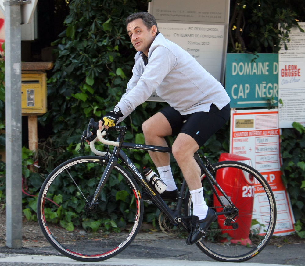 法国前总统尼古拉·萨科齐在骑自行车