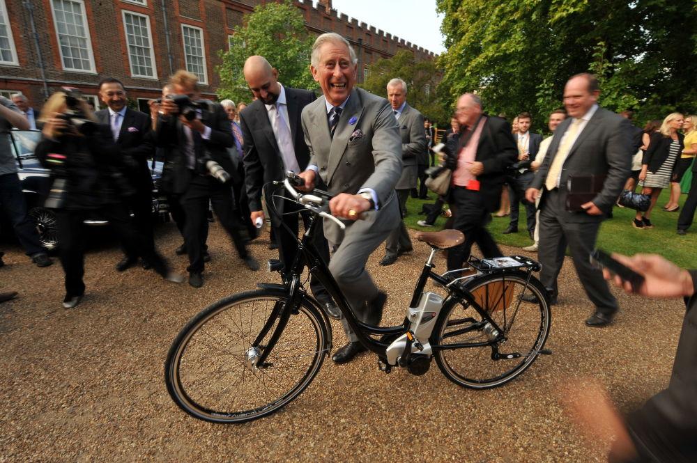 威尔斯亲王查尔斯王子在伦敦市中心骑自行车