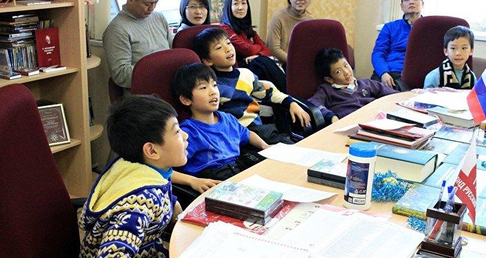 中国青年冰球运动员学俄语
