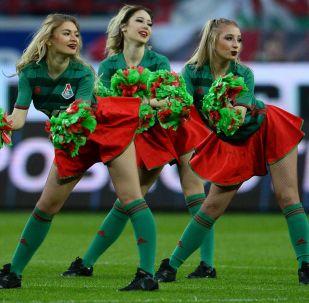 莫斯科「火車頭」足球俱樂部啦啦隊的姑娘們在俄羅斯足球超級聯賽上