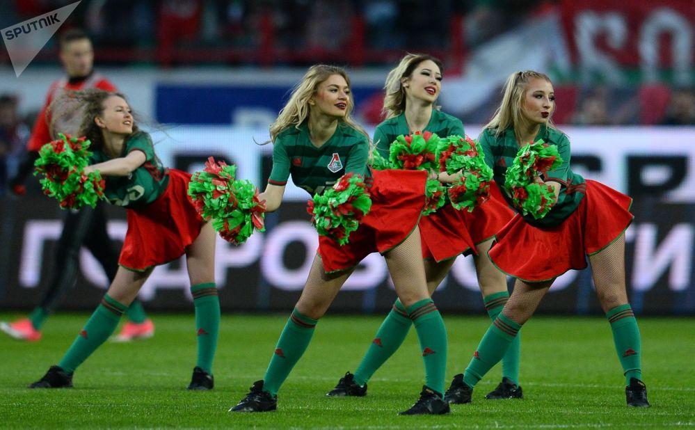 """莫斯科""""火车头""""足球俱乐部啦啦队的姑娘们在俄罗斯足球超级联赛上"""