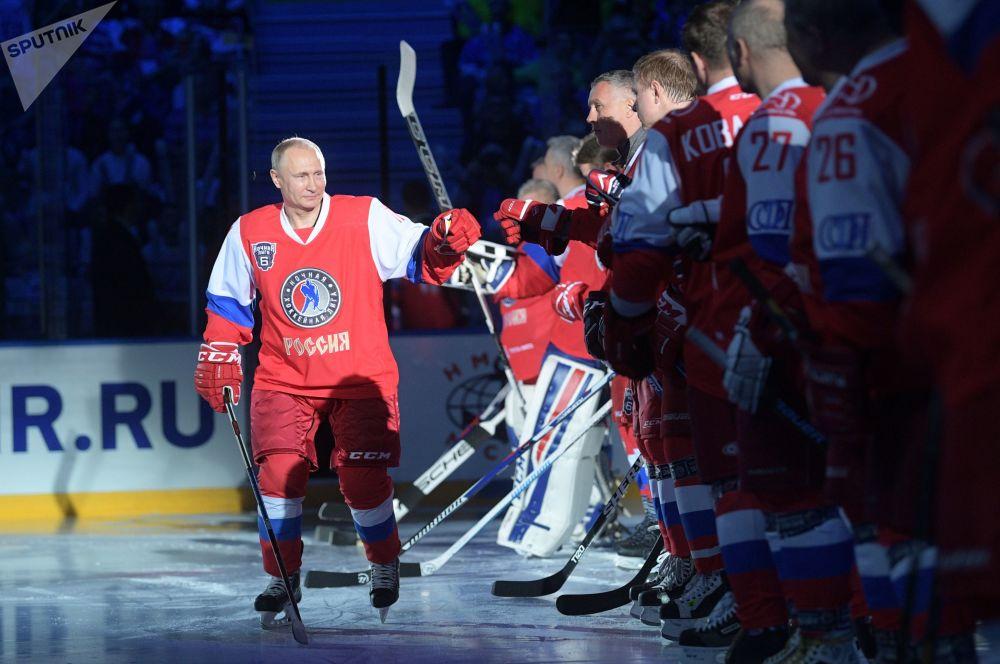 俄联邦总统普京在索契奥林匹克公园的滑冰场上