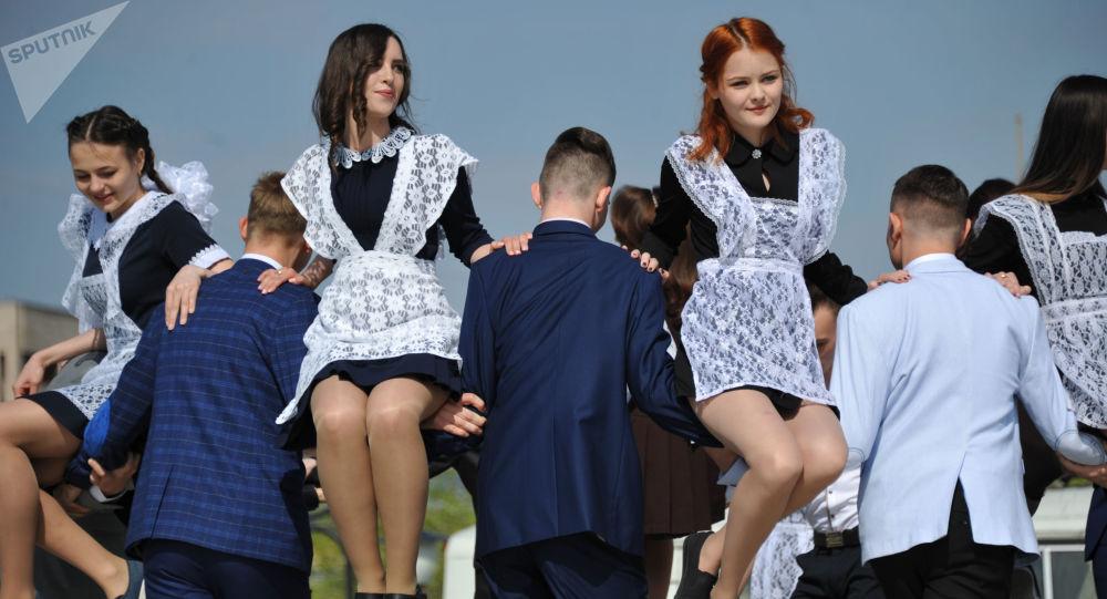 媒体:医生未发现完全健康的俄中学毕业生