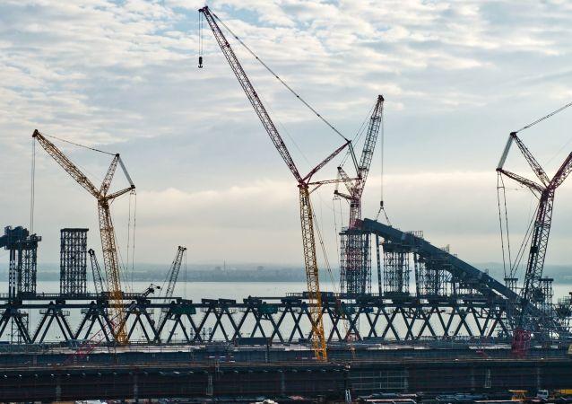 克里米亚大桥建设者开始进行铁道拱门安装工作