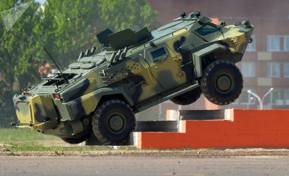 """明斯克MILEX-2017明斯克国际防务装备展上的移动装甲运输设备 – """"凯门鳄"""""""