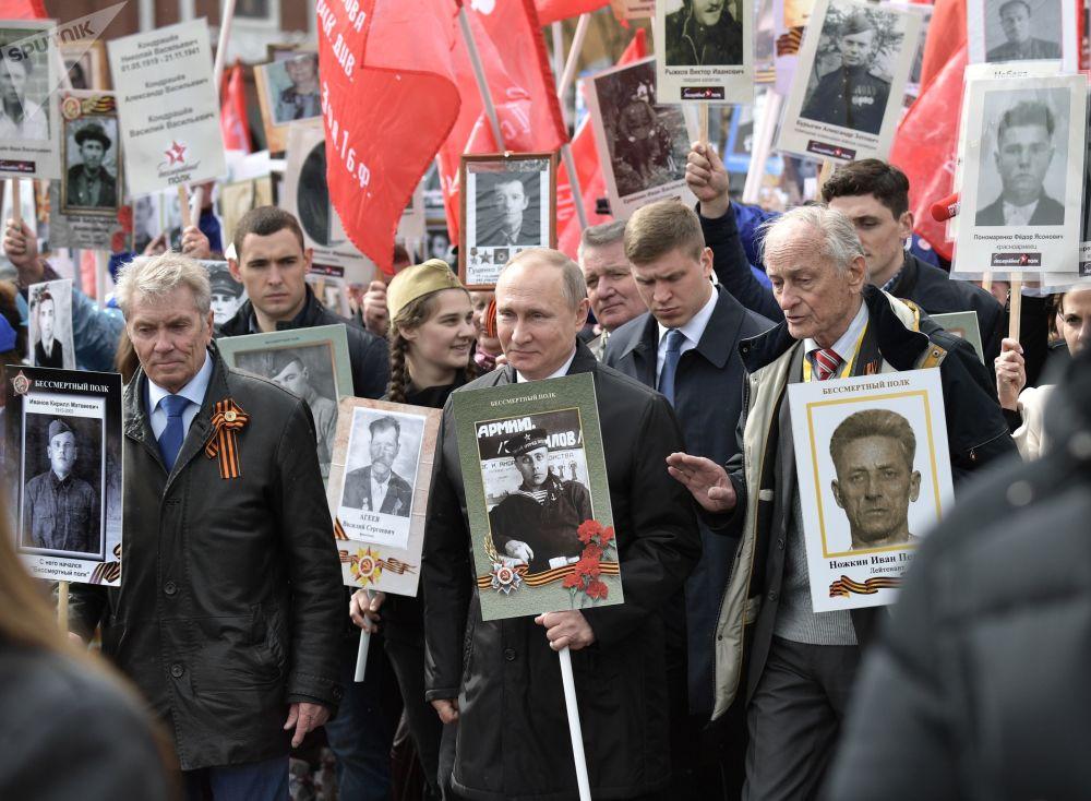 """俄总统普京参加""""不朽军团""""的游行"""