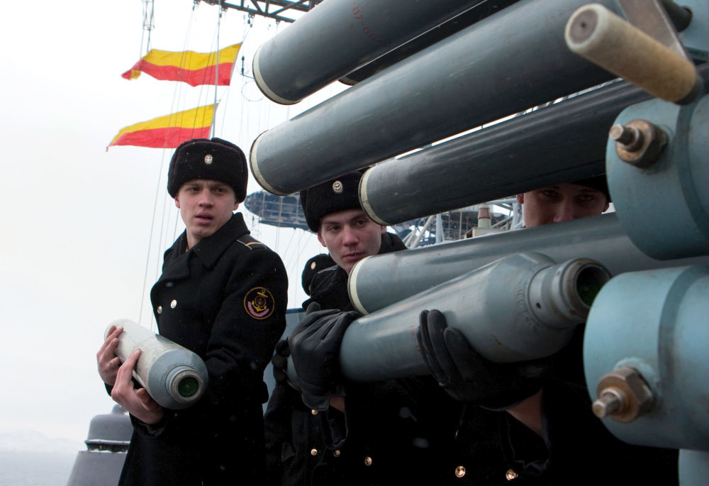 """""""库拉科夫海军中将""""号大型反潜舰的水兵。"""
