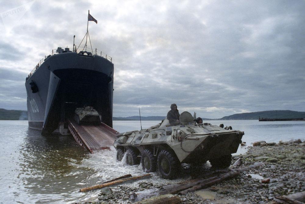 """通过""""米特罗凡·莫斯卡连科""""号大型登陆舰开展乘船登陆训练。"""