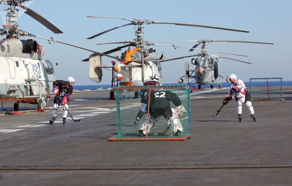"""水兵们在""""库兹涅佐夫海军上将""""号重型载机导弹巡洋舰甲板上穿溜冰鞋打冰球。"""