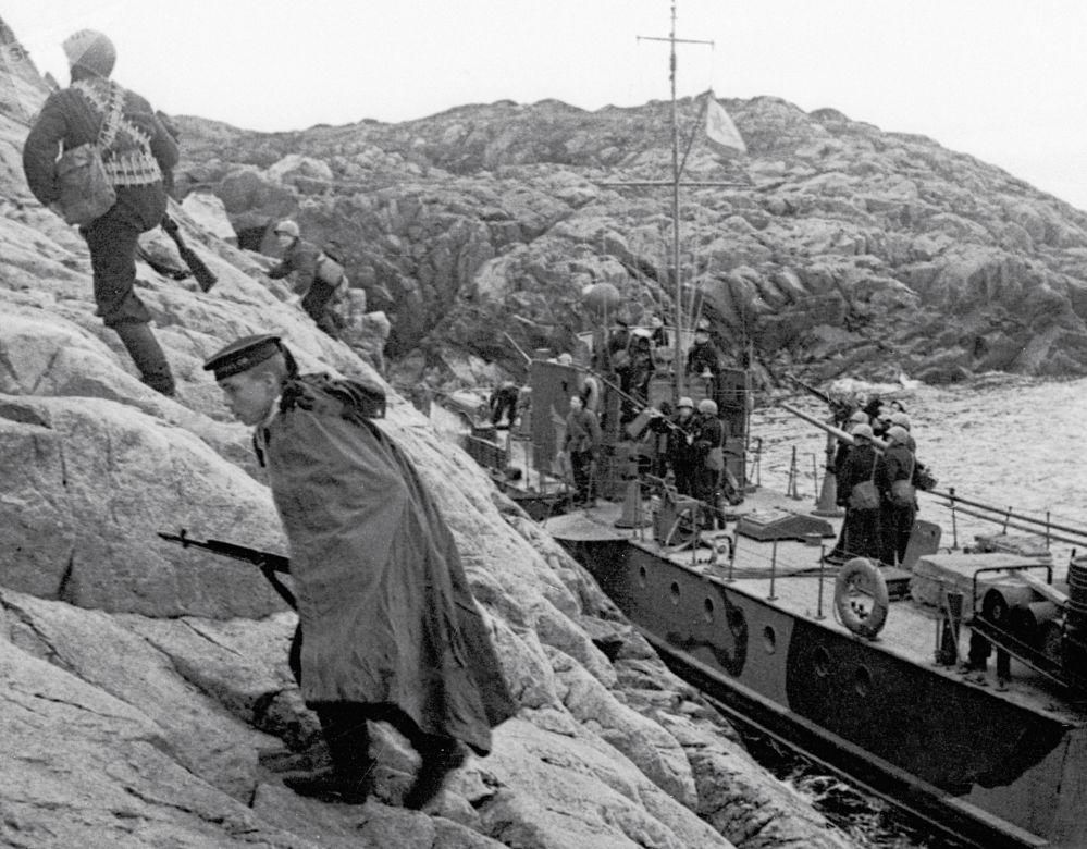 伟大卫国战争期间,北方舰队的海军陆战队员登陆德军占领的海岸。